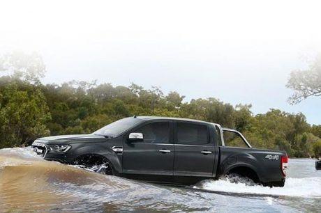 Mưa lớn nhiều ô tô gặp rắc rối, Ford lập tức quảng cáo khả năng lội nước vượt trội
